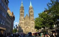Las torres de Lorenzkirche alcanzan los 80 m.