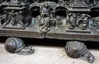 Detalle de los caracoles que sostienen el Sepulcro (Sebalduskirche)