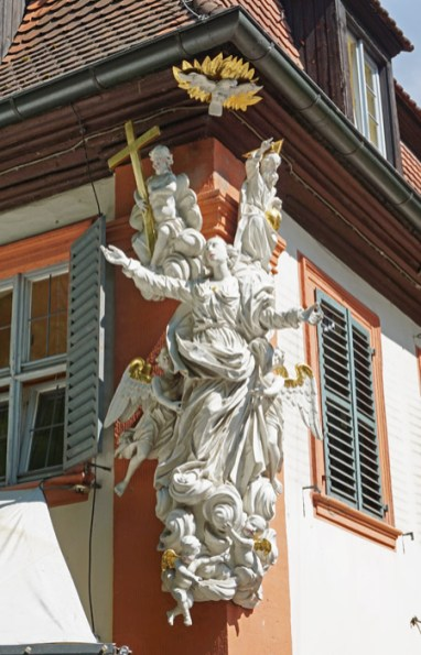 Ängel decorativo en fachada de calle Schrane