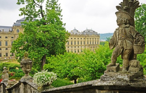 Balaustradas y esculturas decoran los Jardines