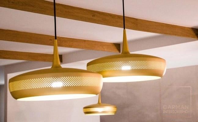 Detalle iluminacion en techo con vigas