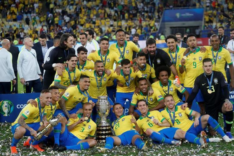 Jugadores de Brasil celebran con el trofeo de la Copa América de Fútbol 2019, en el Estadio Maracanã de Río de Janeiro, Brasil, el 7 de julio de 2019. EFE/Antonio Lacerda