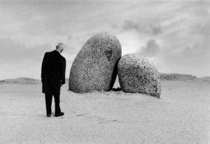 © Gilbert Garcin, Les amoureux de Perros Guirec
