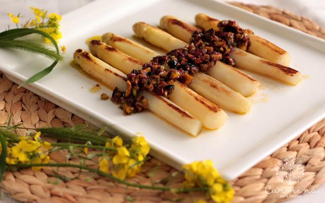 Espárragos con vinagreta de frutos rojos y pistachos