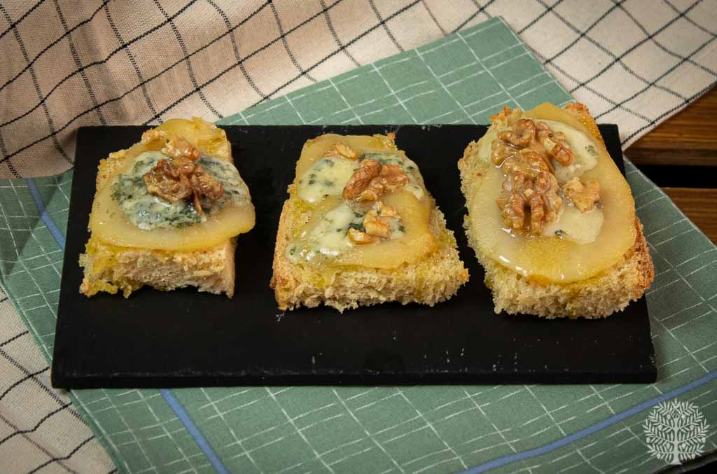Tostas de pera caramelizada y queso azul