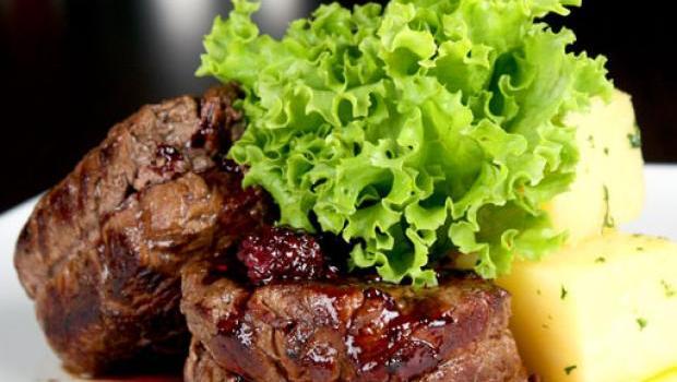 lomo-de-res-con-salsa-de-vino-dulce-y-moras-SetWidth620