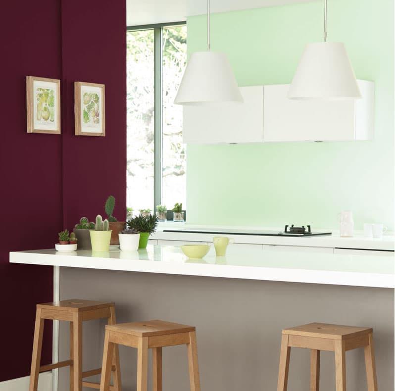 Une cuisine en vert amande et prune