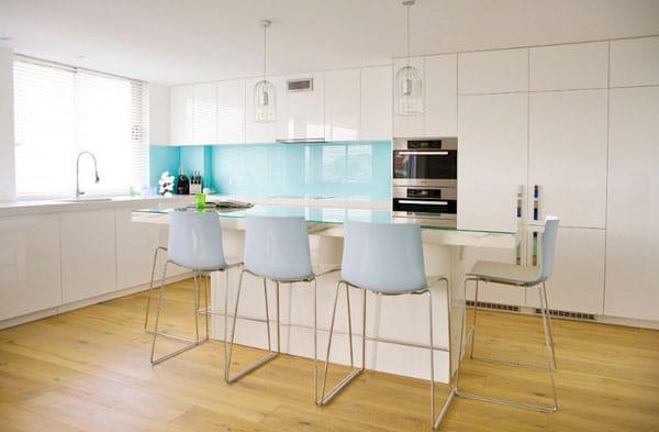Cuisine blanche et bleue, la bonne association de couleur. Une cuisine blanche dynamisée avec une crédence bleue