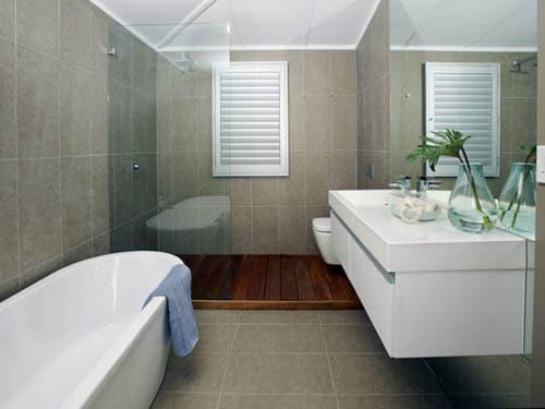Une salle de bain moderne en suspension