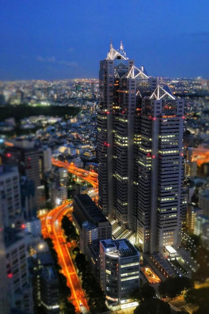 vue sur tokyo la nuit depuis l'observatoire de la mairie
