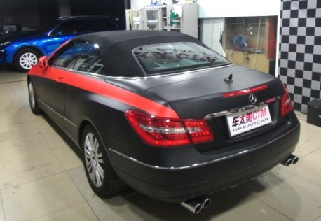 Mercedes-Benz E-class Cabriolet in matte black & some red in China
