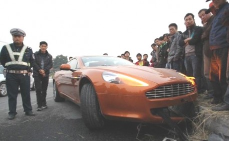 Crash Time China: Aston Martin Rapide hits a small stone wall