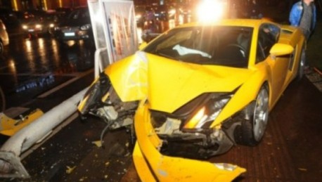 Crash Time China: Lamborghini Gallardo hits light pole