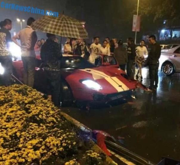 Crash Time China: Ford GT hits a guardrail and a pole