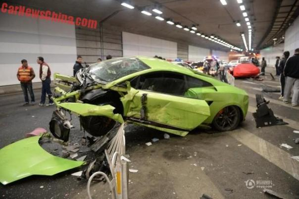 Lamborghini Gallardo & Ferrari 458 Crash Hard in Beijing Tunnel