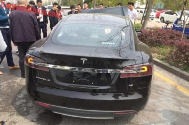 tesla-crash-shanghai-china-4
