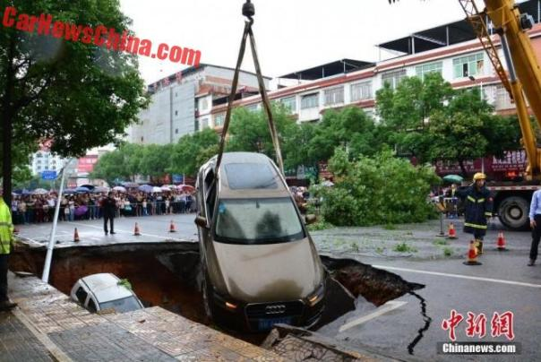 china-sinkhole-4-cars-2