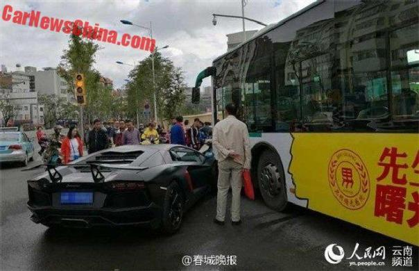 aventador-crash-bus-3a