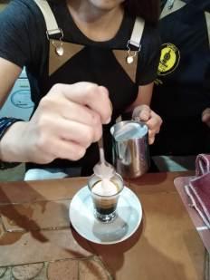 Barista preparando un Macchiato - Tienda de café online
