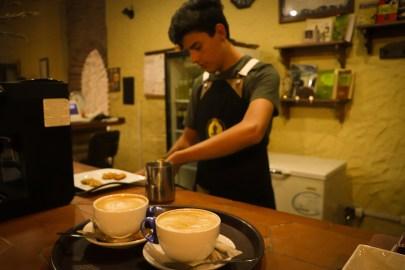 Barista preparando cappuccinos, el barista es considerado un profesional en la preparación de cafés especiales.