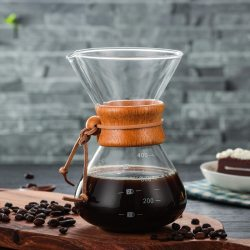 Coffee pot en vidrio con detalles de madera y cuero