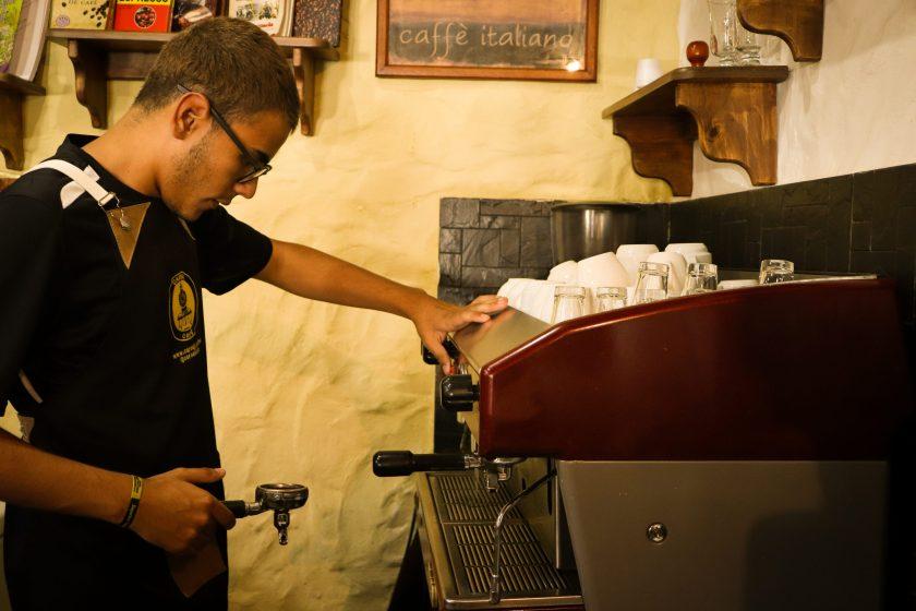 El barista debe realizar cursos y talleres de café constantemente.