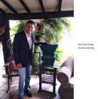 José Luis Araque con una despulpadora de café