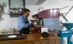 José Luis Araque operando una máquina de espresso Wega Atlas