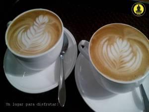 Cappuccinos preparados con las técnicas SCA y adornados con arte latte.