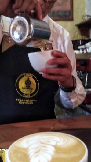 Barista utilizando la jarra de latte art.