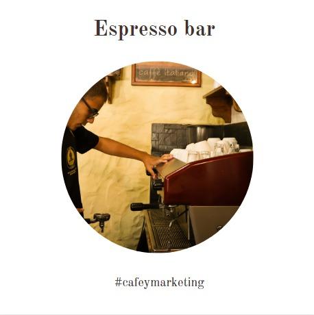 Los fundamentos del barista se traducen en la regla de las 4 M. En la fot se observa a un barista chequeando su máquina de espresso.