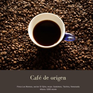 Granos de café tostado y una taza de café negro. Café de origen