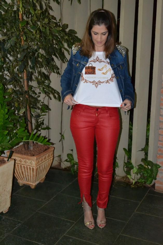 look-da-carola-t-shirt-divertida-calça-vermelha-jaqueta-spikes-forever-21-sandália-schutz-tornozeleira-blog-de-moda-em-ribeirão-preto-blog-carola-duarte
