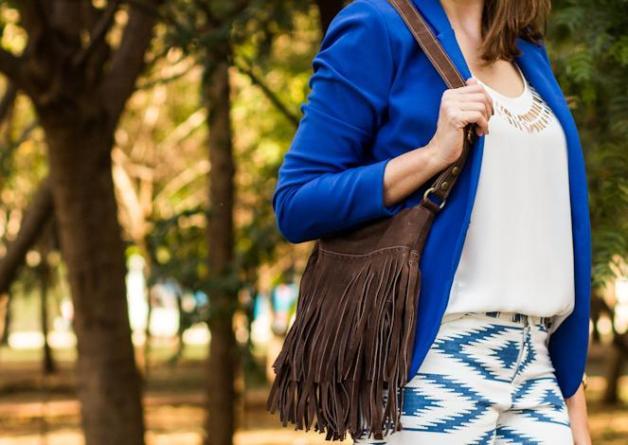 look-da-carola-calça-estampa-étnica-blazer-azul-klein-blog-carola-duarte