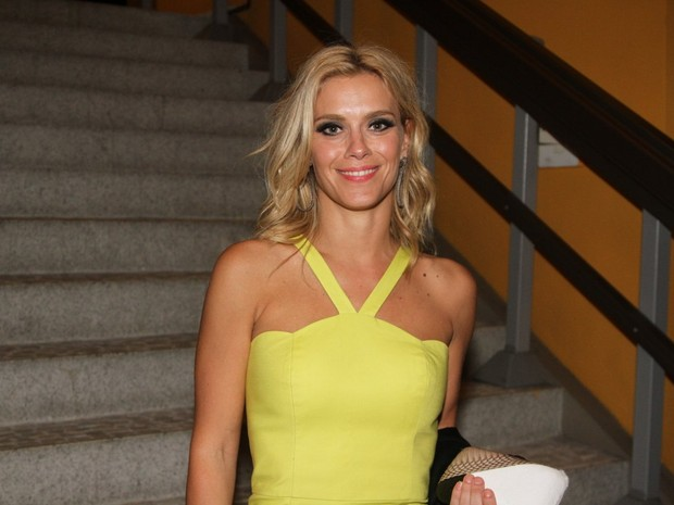 vestido-amarelo-carolina-dieckmann-festa-de-lançamento-estilo-blog-carola-duarte