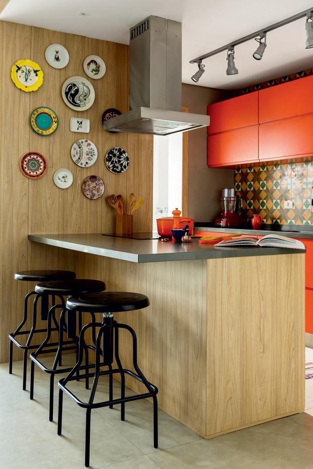 cozinha-bancada-laranja-pratos-banquetas-spots