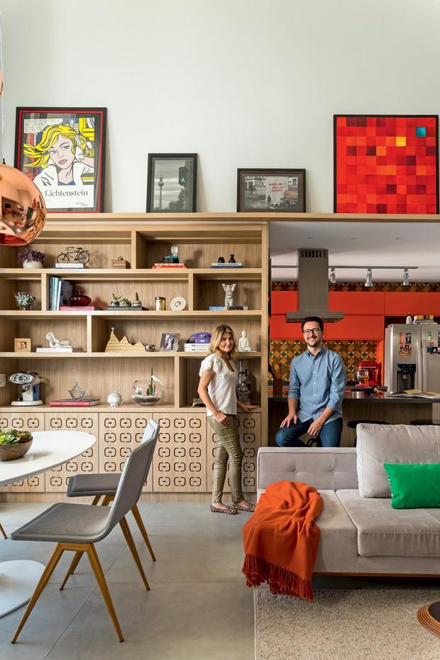 sala-cozinha-quadros-estante-sofa
