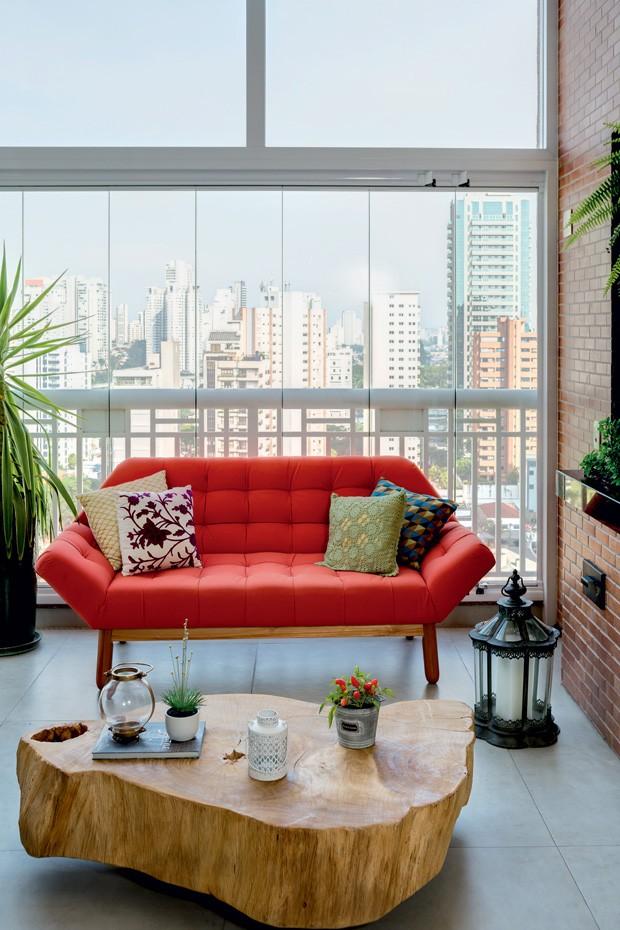 sofa-vermelho-mesa-madeira-varanda