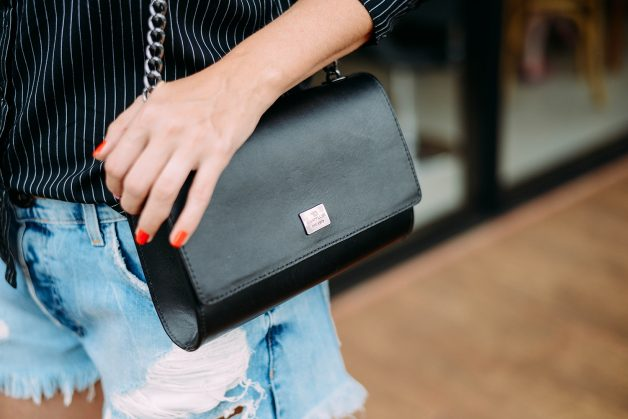 bolsa preta com alças de correntes