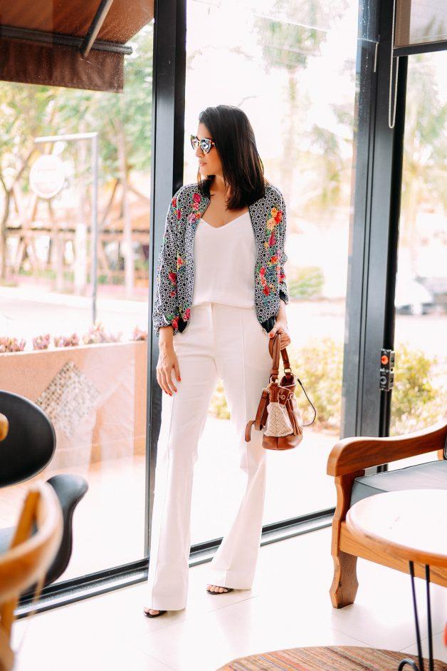 Look total white pode ser chique e despojado se usado com uma jaqueta bomber estampada. Look perfeito para uma reunião de negócios ou um almoço com as amigas
