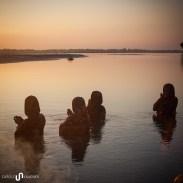 Hindu Frauen bei einer abendlichen Puja (Gebetszeremonie) zu Ehren des Flusses.