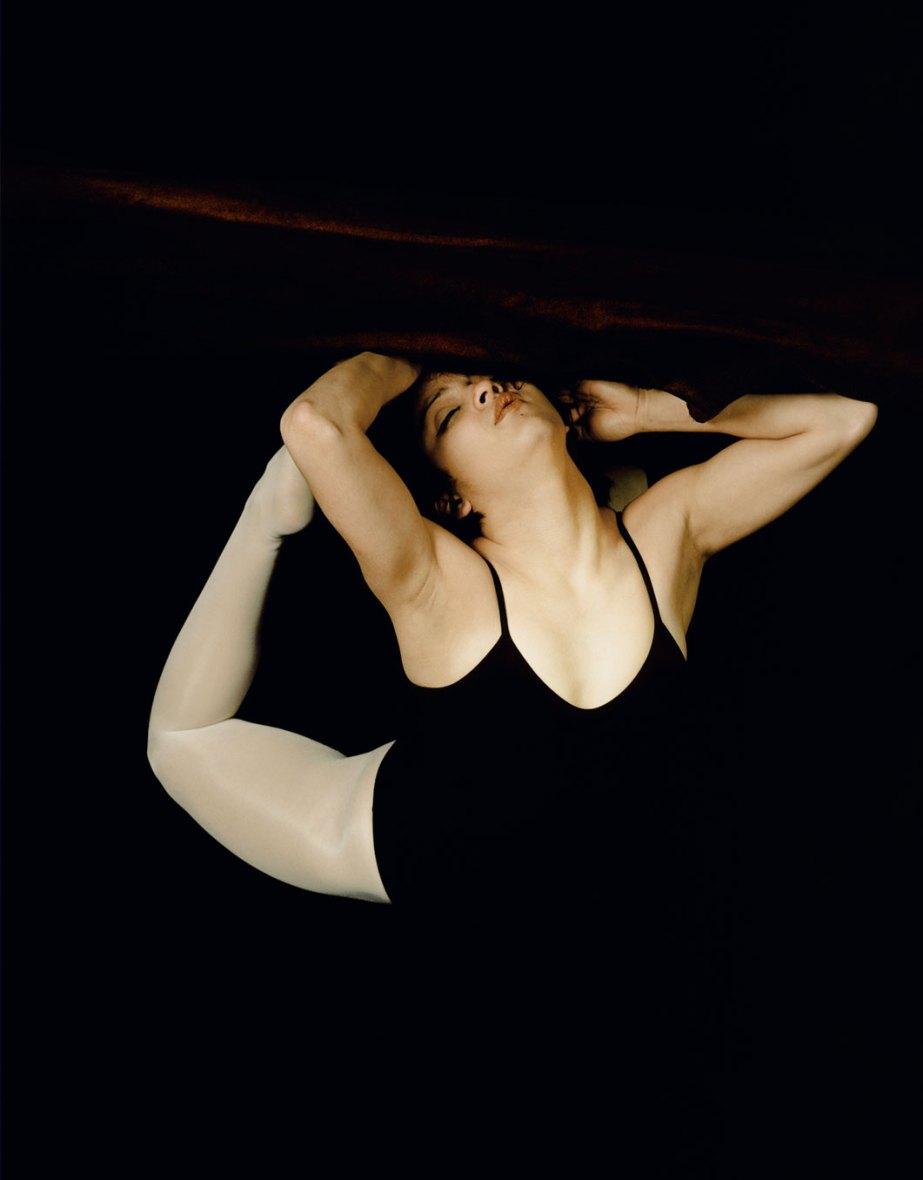Schwebende Frau mit geschlossenen Augen