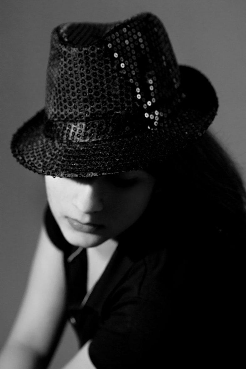 Frau mit schwarzem Paillettenhut
