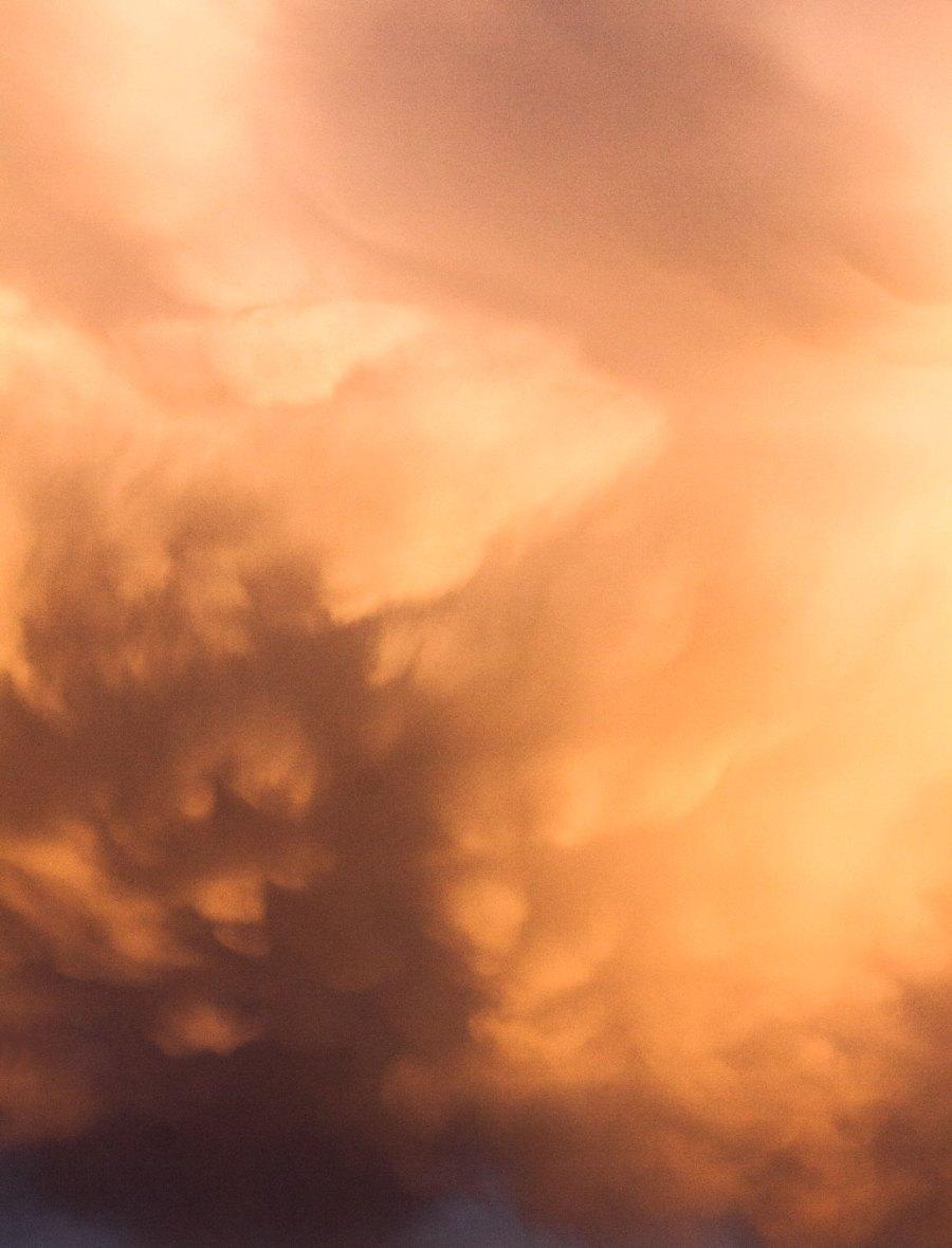 Orangenfarbige Wolkenform