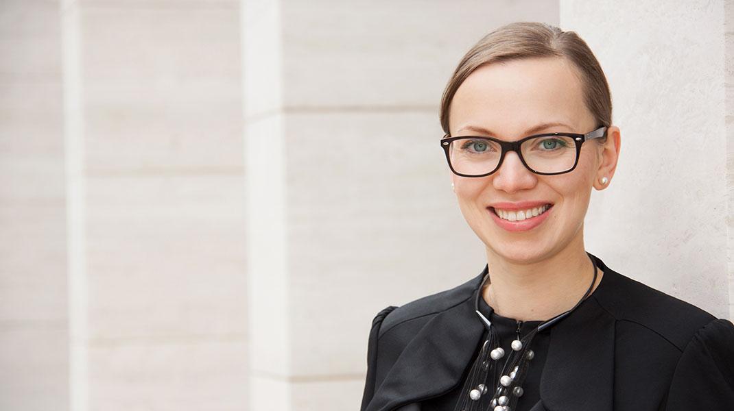 Businessportrait einer jungen Frau mit Brille