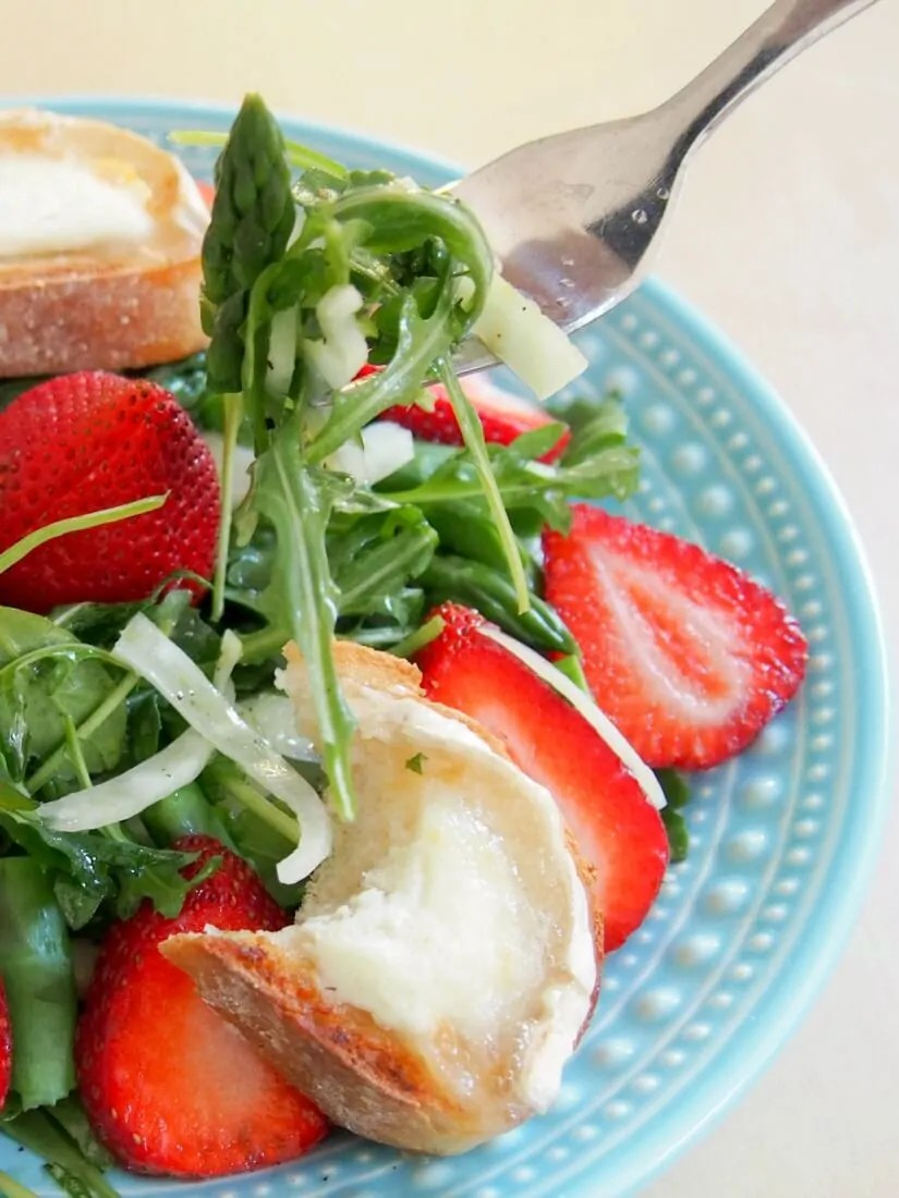 This delicious spring salad brings together the best flavors of the season, with asparagus, strawberries and topped with goats cheese toasts. A great lunch.