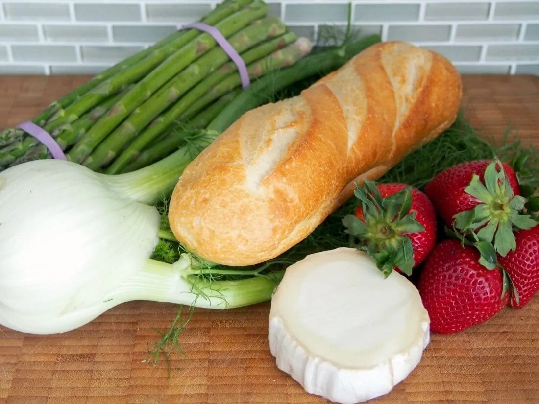 Spring salad with asparagus, strawberries and goats cheese toasts ingredients