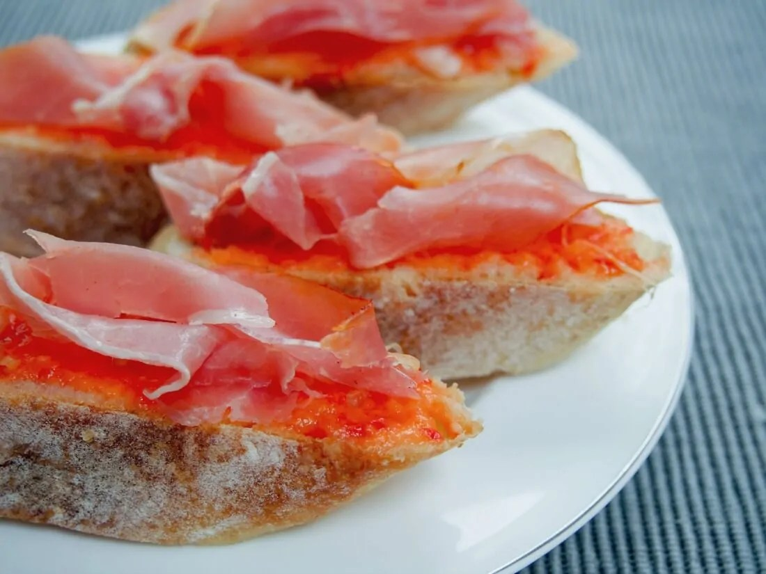 simple summer Spanish tapas (no cook) - pan con tomate