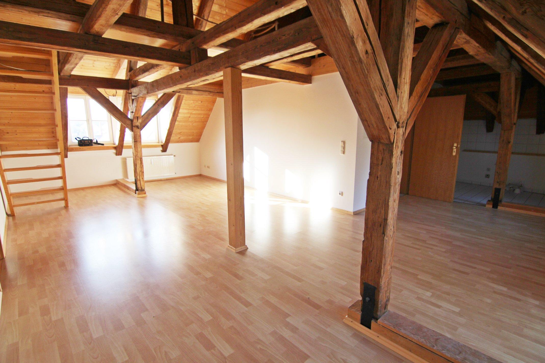 Schöner heller und großer Raum mit Holzbalken