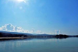 Lac de Montbel (Ariège/Aude). Au loin les contreforts des Pyrénées ariégeoises.